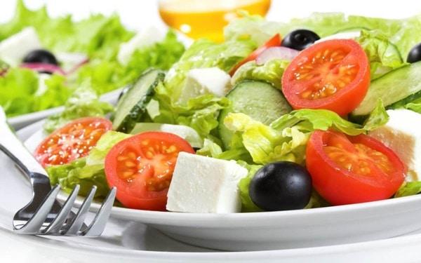 Có thể kết hợp nhân hạt hướng dương với salad rau quả