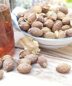 Bạn có thể hãm hạt đười ươi, mật ong với nước sôi để dùng như trà
