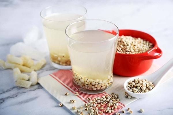 Trước khi nấu cháo nên đem hạt ý dĩ vo sạch hoặc ngâm với nước cho mềm